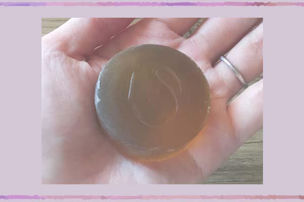アクネ洗顔石けんの大きさは手のひらに収まるサイズですが、思ってたより大きいです。